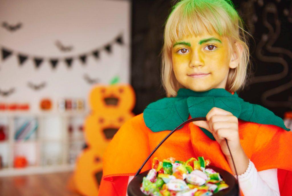 DIY Halloween decorations: Create candy lanterns