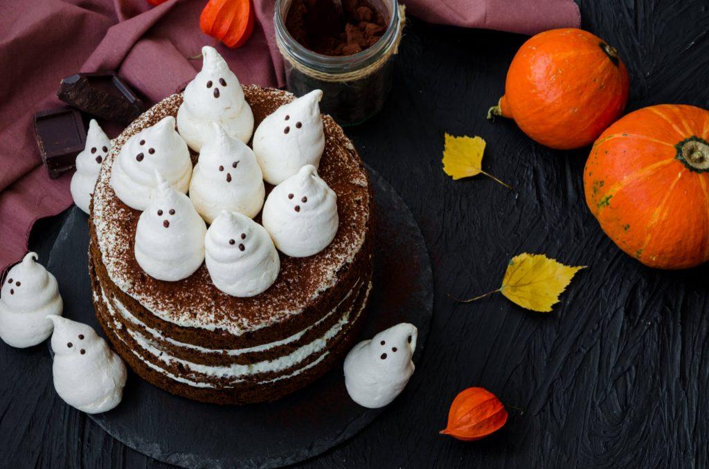 DIY Halloween decorations: Bake creepy cakes